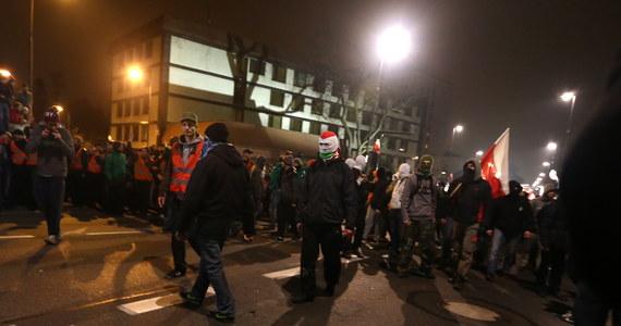 """Obchody Święta Niepodległości były niespokojne w stolicy. """"Marsz Niepodległości"""", zorganizowany przez środowiska narodowe, został rozwiązany przez ratusz - na """"wyraźne żądanie policji"""". W czasie manifestacji doszło do burd, rannych zostało pięciu policjantów. Policja zatrzymała również kilkunastu uczestników marszu."""