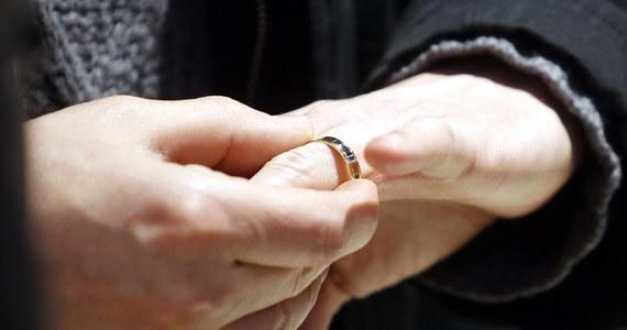 """W pierwszych ośmiu miesiącach tego roku w Polsce zawarto niewiele ponad 117 tysięcy małżeństw. To o ponad 10 procent mniej niż w tym samym okresie rok wcześniej – wynika z najnowszych danych GUS. Jeżeli taka tendencja się utrzyma, to w tym roku, na związek małżeński zdecyduje się najmniej Polaków od 1945 roku - zauważa """"Rzeczpospolita""""."""