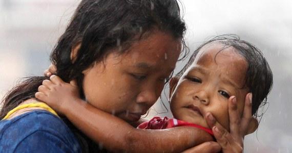 Odcięci od świata, bez telefonów, bez łączności - za pośrednictwem telewizyjnych kamer błagają o pomoc. Ofiary tajfunu na Filipinach wykorzystują obecnych na miejscu reporterów do przekazywania informacji rodzinom za granicą. Ich relacje są wstrząsające.
