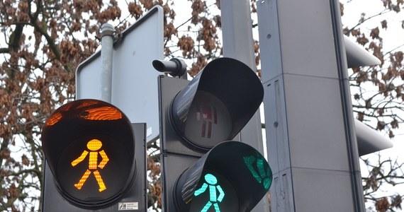 Niewidomi z Bydgoszczy mają ogromny problem – sygnalizacje dźwiękowe na wielu przejściach dla pieszych w mieście nie działają lub są zbyt ciche, by je usłyszeć, gdy obok pędzą samochody. Taka sytuacja mocno utrudnia poruszanie się mieszkańcom z dysfunkcjami wzroku – poprosili więc oni RMF FM o interwencję w tej sprawie.