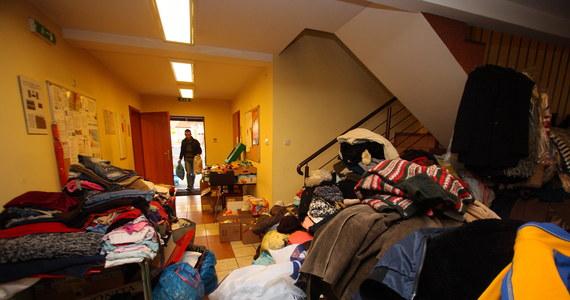 Odzież, żywność, środki czystości, ale także usługi budowlane - taka pomoc napływa przez cały czas do Jankowa Przygodzkiego w Wielkopolsce, które w czwartek ucierpiało wskutek wycieku gazu i pożaru. Zginęły dwie osoby, 13 - w tym troje dzieci - trafiło do szpitala. Zniszczeniu uległo kilkanaście budynków mieszkalnych i gospodarskich. Sześć obiektów, w tym dwa domy, trzeba będzie rozebrać.