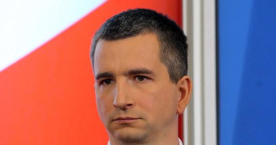 """""""Wall Street Journal"""" podkreśla, że kandydat na polskiego ministra finansów będzie musiał zmierzyć się z trudną sytuacją na rynku pracy i ekonomicznym spowolnieniem. Dziennik dodaje, że zadaniem Mateusza Szczurka będzie pobudzenie gospodarki. Włoski dziennik """"Il Sole-24"""" ocenia, że """"polscy wyborcy są wściekli przede wszystkim z powodu rządowych planów przejęcia prywatnych funduszy emerytalnych i ostatnich skandali""""."""