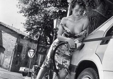 Niezwykły kalendarz. Piękne kobiety i drogie samochody