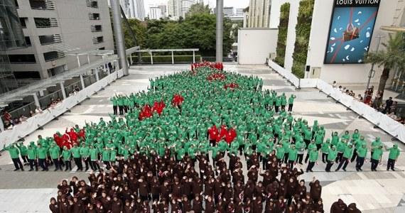 Choć w Tajlandii nie obchodzi się Bożego Narodzenia, w jednym z centrów handlowych w Bangkoku udało się pobić światowy rekord w tworzeniu największych ludzkich choinek świątecznych. Utworzyło ją dokładnie 852 dzieci w czerwonych i zielonych strojach.