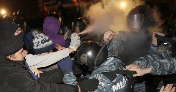 """Oddziały specjalne milicji """"Berkut"""" siłą wyparły w nocy z głównej ulicy Kijowa, Chreszczatyk, zwolenników integracji europejskiej. Protestowali oni przeciwko decyzji rządu o wstrzymaniu przygotowań do zawarcia umowy stowarzyszeniowej Ukraina-UE."""