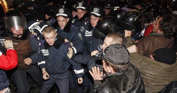 """Od rana przed siedzibą rządu w Kijowie trwają przepychanki z milicją. Użyto gazu łzawiącego. W proteście przed Radą Ministrów uczestniczy blisko tysiąc osób. Budynek chroniony jest przez oddziały specjalne milicji """"Berkut"""". Funkcjonariusze mają na twarzach maski gazowe."""