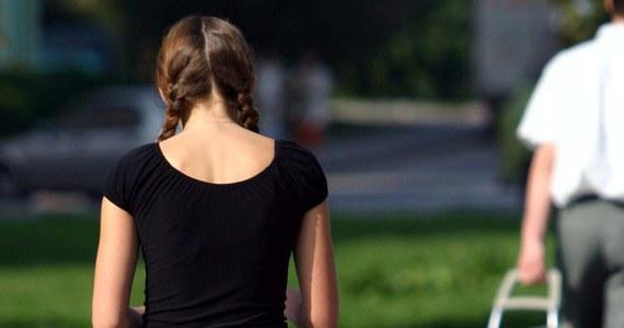 40 procent Brytyjek nosi za ciasne dżinsy. Wolą cierpieć, niż kupić spodnie o rozmiar większe. Z sondażu przeprowadzonego wśród tysiąca kobiet wynika, że dzieje się tak, bo połowa z nich ma nadzieję, że kiedyś schudnie.
