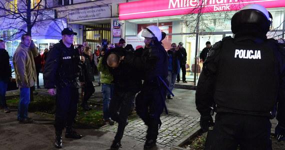 Prawie 150 pseudokibiców zatrzymali warszawscy policjanci przed wczorajszym meczem Legia Warszawa - Lazio Rzym. Zatrzymani, zaatakowali funkcjonariuszy kamieniami, wyrwanymi z ulic słupkami i koszami na śmieci. Na szczęście nikomu nic się nie stało.