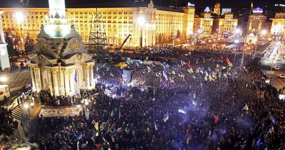 Coraz więcej ludzi przybywa na Plac Niepodległości w Kijowie. Na tzw. Euromajdanie trwają protesty przeciwko niepodpisaniu przez władze Ukrainy umowy stowarzyszeniowej z Unią Europejską. Opozycja wzywa do impeachmentu prezydenta Wiktora Janukowycza.