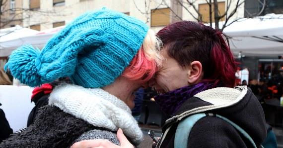 Chorwaci głosują w referendum na temat wprowadzenia do konstytucji definicji małżeństwa jako związku pomiędzy mężczyzną a kobietą, popieranej przez konserwatywną opozycję. Jeśli poprawka przejdzie, będzie oznaczała zakaz małżeństw homoseksualnych. Przeciwnicy referendum twierdzą, że jest ono dyskryminacyjne i antygejowskie.