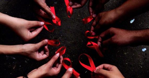 Miał 21 lat, gdy dowiedział się, że jest zarażony. Nie chce ujawniać swojego imienia, ale zgodził się porozmawiać z naszą dziennikarką. Chce, żeby jego historia była przestrogą dla innych młodych ludzi. Dziś obchodzimy bowiem Światowy Dzień AIDS.