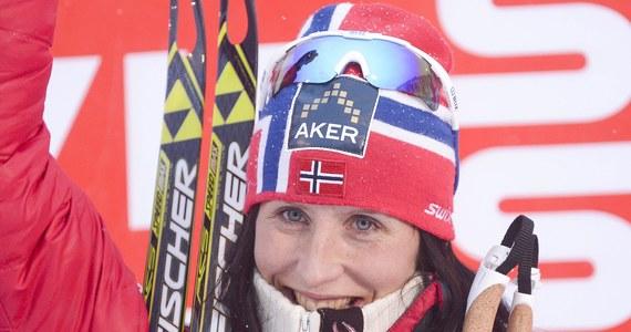 """""""Marit Bjoergen powróciła na szczyt"""" - tak skandynawskie media oceniły jej zwycięstwo w niedzielnym biegu narciarskim na dochodzenie na 10 km techniką dowolną i triumf w cyklu Ruka Triple na inaugurację Pucharu Świata."""