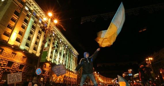 Protest z ulic Kijowa przenosi się dziś do parlamentu. Rada Najwyższa Ukrainy ma debatować nad odwołaniem rządu Mykoły Azarowa. To pierwszy postulat protestującej od 21 listopada opozycji. Na Majdanie parę tysięcy protestujących spędziło noc w miasteczku namiotowym.