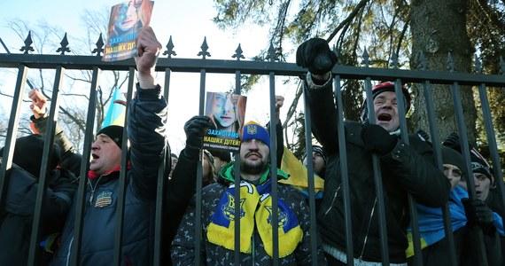 """""""Ukraińscy oligarchowie, miliarderzy, właściciele hut i fabryk na wschodzie kraju wcale nie marzyli o zbliżeniu kraju z Unią Europejską. Z Rosji sprowadzają surowce, sprzedają tam swoje towary. Z kolei pochodzenie ich majątków i metody prowadzenia biznesu mogą budzić wątpliwości, więc nie uśmiechają im się unijne regulacje"""" - przyznaje w rozmowie z RMF FM Jarosław Kożuch, ukrainista, ekspert i członek zarządu Instytutu Kościuszki."""