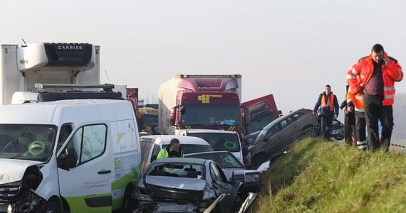 Trzy gigantyczne karambole na zachodzie Belgii. Na autostradzie zderzyło się około stu samochodów osobowych i ciężarowych. Zginęła co najmniej jedna osoba, a 54 zostały ranne, w tym pięć ciężko.