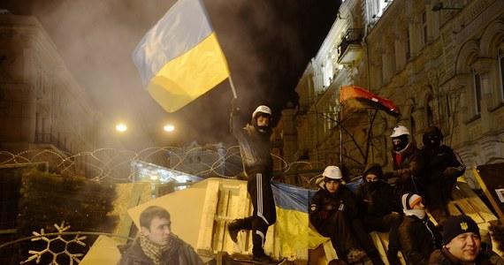 Pat na Ukrainie, władze całkowicie ignorują postulaty opozycji i liczą ma zmęczenie protestujących. Opozycja liczy natomiast, że w weekend ponownie zgromadzi setki tysięcy ludzi na ulicach Kijowa. Z jej liderami będzie dzisiaj rozmawiał w ukraińskiej stolicy szef polskiej dyplomacji Radosław Sikorski.
