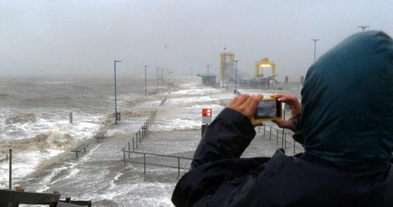 Załamanie pogody - tak w skrócie można opisać to, co będzie się działo w najbliższych dniach. Czekają nas zawieje i zamiecie śnieżne, gwałtowny spadek ciśnienia i silny wiatr. Jak ostrzegają synoptycy, na północy Polski wiejący nawet 135 kilometrów na godzinę. Wojewódzkie Centrum Zarządzania Kryzysowego (WCZK) przypomina o zachowaniu środków ostrożności.