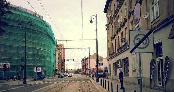 Kolejni bydgoszczanie mają problem z tramwajami. Mieszkańcy ulicy Dworcowej skarżą się RMF FM, że pędzące pod ich oknami tramwaje powodują drgania, które niszczą budynki i nie dają spać. Nasz dziennikarz Paweł Balinowski postanowił interweniować w ich sprawie.