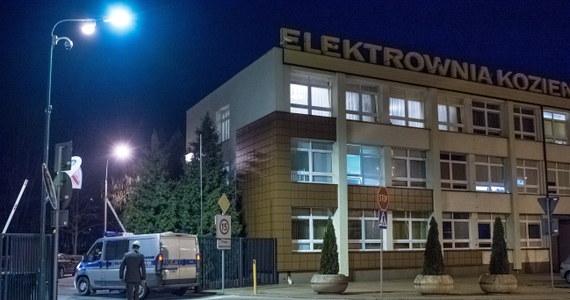 W kominie elektrowni w Kozienicach pracuje specjalistyczna grupa, która sprawdza, jak można wydobyć ciało ostatniej z ofiar środowego wypadku. Ciała trzech ofiar wydobyto z komina wczoraj.