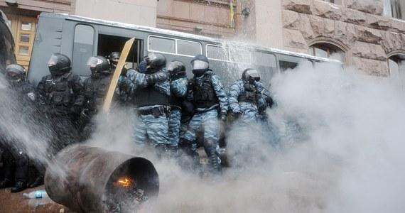 Specjalne oddziały milicji i wojsk MSW Ukrainy wycofały się z miejsc w centrum Kijowa, gdzie trwają protesty zwolenników integracji Ukrainy z Unią Europejską. Zgromadzeni na Majdanie Niepodległości powitali wiwatami wycofanie sił bezpieczeństwa. Inna grupa milicji, rozlokowana przed ratuszem w Kijowie, również opuściła zajmowany teren. Co dzieje się teraz na Ukrainie? Czytaj naszą relację minuta po minucie.