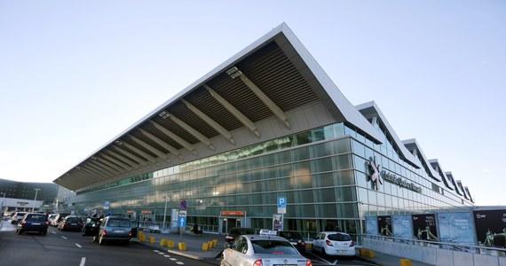 """Kontrolerzy bezpieczeństwa na lotnisku Chopina zapowiadają strajk włoski – dowiedziała się """"Rzeczpospolita"""".  Od niedzieli do końca grudnia mogą pracować trzy razy wolniej."""