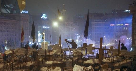 Ta noc – w przeciwieństwie do wczorajszej – minęła spokojnie na kijowskim Majdanie – donosi specjalny wysłannik RMF FM. Przy kilku wielkich barykadach straż pełniło kilkudziesięciu ochroniarzy. Pozostawiono jedynie wąskie przejście, którymi przeciskały się tysiące ludzi.