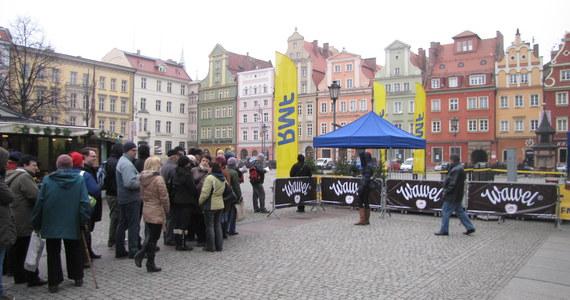 Choinkowy konwój RMF FM już drugi dzień w drodze! Dziś zawitaliśmy do Wrocławia. Pachnące drzewka rozdajemy na Placu Solnym. Tam też będziecie mogli posłuchać kolęd i wziąć udział w naszym karaoke.