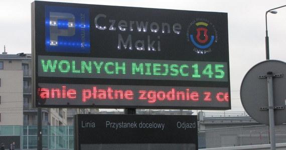 """Koniec bezpłatnego zostawiania samochodów na parkingu przy pętli tramwajowej na krakowskim osiedlu Ruczaj. W liczącym prawie 800 tysięcy mieszkańców Krakowie to pierwszy plac typu """"Park&Ride"""", czyli zostaw auto i przesiądź się do miejskiej komunikacji."""