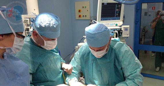 """23 godziny trwała operacja całkowitego przeszczepu twarzy u młodej kobiety. Skomplikowanego zabiegu dokonali specjaliści z Centrum Onkologii w Gliwicach. """"Pacjentka czuje się dobrze. Jej stan jest ciężki, jak w każdym tego typu przypadku"""" - podkreślają lekarze. Kobieta miała problemy z jedzeniem, gdyby nie operacja, mogłaby mieć wkrótce problemy z oddychaniem."""