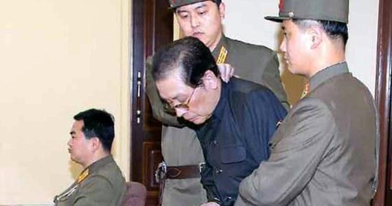 """Dzang Song Thaek, wpływowy do niedawna wuj przywódcy Korei Północnej Kim Dzong Una, został skazany na śmierć  i stracony  - podała oficjalna agencja prasowa KCNA.  Wyrok wydał wczoraj specjalny trybunał wojskowy, który skazał Dzanga na śmierć za """"zdradę"""", """"działalność kontrrewolucyjną"""" i """"próbę przewrotu państwowego"""". Podczas rozprawy oskarżono go o to, że od śmierci Kim Dzong Ila, ojca obecnego przywódcy KRLD, w grudniu 2011 roku przygotowywał się on do przejęcia władzy. Dzang Song Thaek, jak twierdzą media w Pjongjangu, przyznał się do winy."""