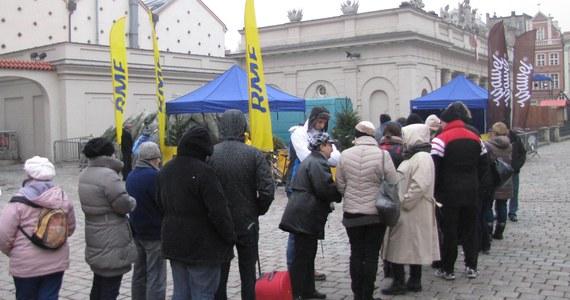 """""""Choinki pod choinkę"""" mieliśmy dziś dla Was w Poznaniu. Rozdawanie drzewek rozpoczęliśmy o godzinie 11 na Starym Rynku. Tam też mogliście wziąć udział w naszym karaoke. Wszystkie choinki rozeszły się przed godziną 15!"""