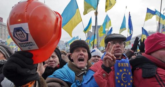 """Od 100 tys. do 200 tys. ludzi według mediów i tylko 20 tys. według milicji uczestniczy w akcji """"Dzień Godności"""" na Majdanie w Kijowie. Demonstranci domagają się zbliżenia Ukrainy z Unią Europejską oraz występują przeciwko pogłębianiu współpracy z Rosją."""
