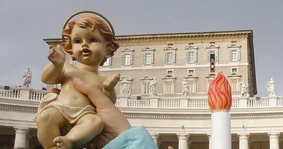 """Podczas spotkania z wiernymi na modlitwie Anioł Pański w Watykanie papież Franciszek powiedział, że """"Kościół nie jest schronieniem dla smutnych ludzi"""". """"Kościół to dom radości"""" - podkreślił."""