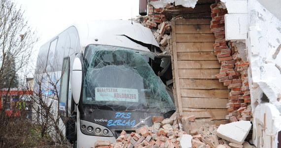 Nie udało się usunąć autobusu, który rano wbił się w ściankę budynku mieszkalnego w Sianowie w województwie zachodniopomorskim. Droga krajowa nr 6 Szczecin-Gdańsk jest nadal nieprzejezdna. Wyznaczono objazd drogą wojewódzką nr 203 przez Gorzebądz. W wypadku rannych zostało siedem osób, w tym troje mieszkańców domu.