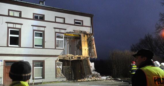Autokar, który w niedzielę rano uderzył w dom w Sianowie w województwie zachodniopomorskim, został wyciągnięty. Podczas prac zawalił się jednak fragment ściany budynku.