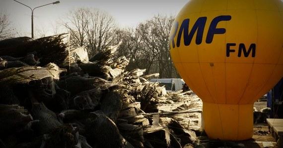 """""""Choinki pod choinkę"""" zawitały dziś do Łodzi. Rozdawanie drzewek rozpocznie się tradycyjnie o godzinie 11. Czekamy na Was na Starym Rynku. Przyjdźcie po pachnące drzewko i weźcie udział w naszym konkursie karaoke!"""