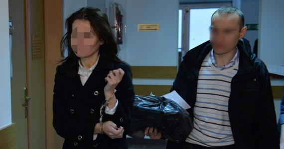 31-latka, która wjechała samochodem do przejścia podziemnego w centrum Warszawy, będzie sądzona na zasadach ogólnych, a nie w trybie przyspieszonym - postanowił sąd. Uznał za konieczne badania dotyczące poczytalności oskarżonej. W sądzie kobieta skarżyła się, że zastosowane wobec niej środki procesowe kolidują z jej planami na święta.