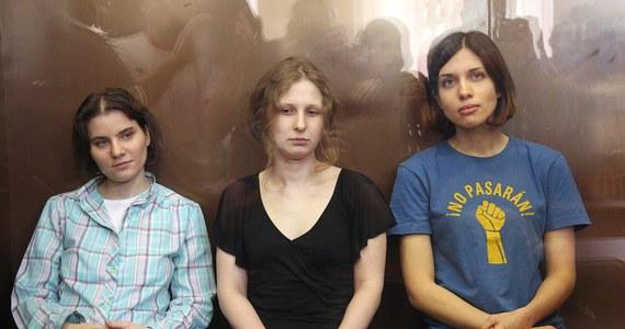 Już nie tylko Maria Alochina z Pussy Riot, ale też  Nadieżda Tołokonnikowa odzyskały wolność. Obie wyszły z więzienia na podstawie amnestii przyjętej z okazji 20-lecia rosyjskiej konstytucji. Najpierw zwolniona została  Alochina a po kilku godzinach jej koleżanka.
