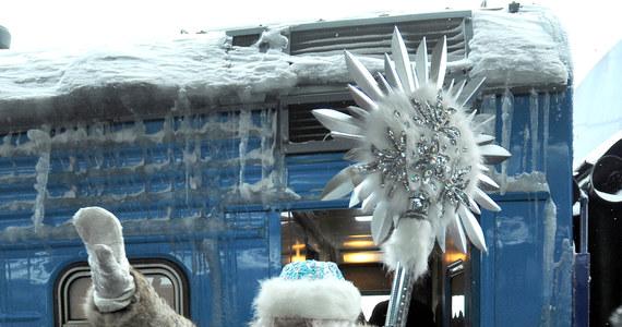 Powróćmy do tradycji - mówią alpiniści z Witebska i proponują mieszkańcom Białorusi dostarczanie noworocznych prezentów przez okno. Chcą się przy tym przebierać za Dziadków Mrozów.