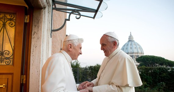 Papież Franciszek odwiedził Benedykta XVI w jego mieszkaniu w dawnym budynku klasztornym. Z okazji zbliżających się świąt złożył emerytowanemu papieżowi życzenia.