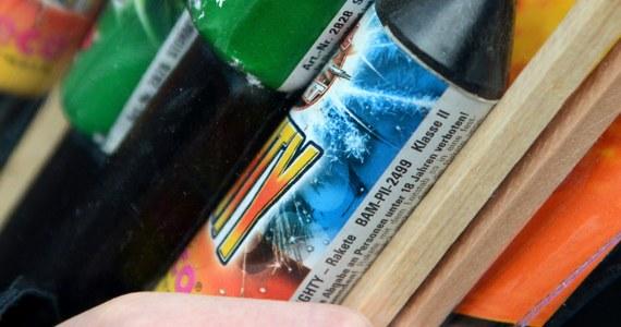 Przed Nowym Rokiem coraz więcej osób odpala petardy, rakiety i pochodnie, które są nieodłącznym elementem sylwestrowej zabawy. Takie zakupy róbmy w sprawdzonych miejscach i zachowajmy szczególną ostrożność przy ich odpalaniu - apeluje rzecznik straży pożarnej Paweł Frątczak.