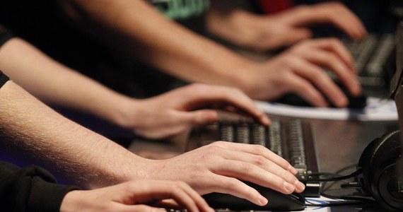 """Niemiecki """"Der Spiegel"""" zamieścił w najnowszym numerze artykuł na temat metod inwigilacji elektronicznej, którymi posługuje się amerykańska Agencja Bezpieczeństwa Narodowego (NSA), wykorzystując m.in. słabe punkty sprzętu komputerowego i oprogramowania. Tygodnik powołuje się na wewnętrzne dokumenty NSA, dotyczące jednego z wydziałów tej agencji, zwanego TAO (Tailored Access Operations)."""