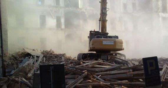 Wyburzanie kamienicy u zbiegu ulic Matejki i Słowackiego w Katowicach daje się we znaki mieszkańcom sąsiednich domów i pracownikom okolicznych sklepów . Tak będzie jeszcze prawie przez tydzień.