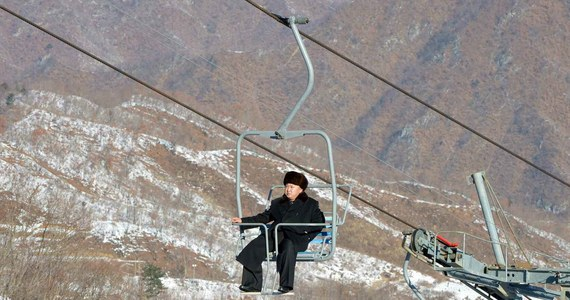 Korea Północna ukończyła budowę pierwszego publicznego kurortu narciarskiego na Przełęczy Masik. Jak podkreślają państwowe media, projekt zainicjowany w zeszłym roku przez przywódcę Kim Dzong Una ma być symbolem modernizacji i postępu kraju.