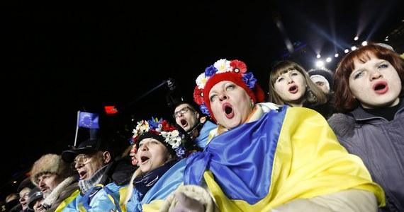 Około pół miliona osób odśpiewało hymn Ukrainy w noc sylwestrową na Majdanie Niepodległości w Kijowie. Od 42 dni trwają tam protesty przeciw polityce władz, które odmówiły podpisania umowy stowarzyszeniowej z Unią Europejską.