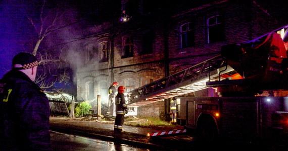 Źródłem pożaru w kamienicy w Rudzie Śląskiej mogła być wadliwie działająca kuchenka gazowa - wynika z wstępnej opinii biegłego. W pożarze, do którego doszło w sylwestrową noc, zginęły cztery osoby. Według nadzoru budowlanego, kamienica nie nadaje się do zamieszkania.