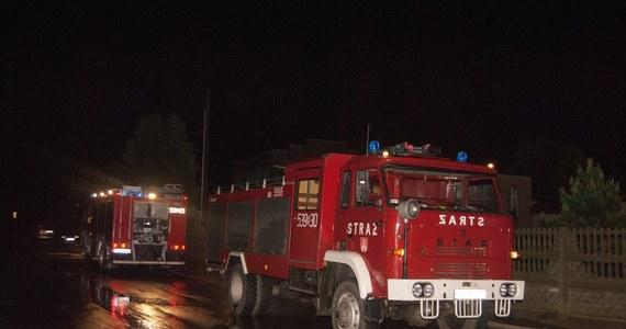 Dziewięć zastępów straży pożarnej przez cztery godziny walczyło z pożarem budynku w  Parlezie Wielkiej. Zapalił się tam dom wielorodzinny. 14 osób wyszło z budynku o własnych siłach, pięciu mieszkańcom musieli pomagać strażacy.