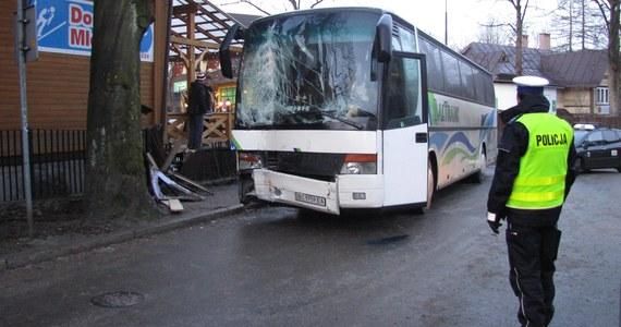 Autobus przewożący ukraińskich turystów uderzył w ścianę budynku przy ulicy Jagiellońskiej w Zakopanem. Informację o tym wypadku dostaliśmy na Gorącą Linię RMF FM.