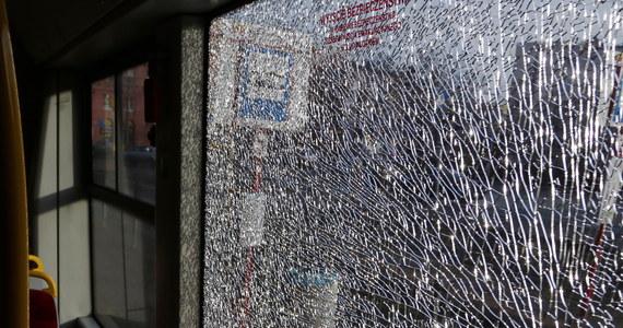 Stołeczna policja wyjaśnia incydent, do jakiego doszło rano na trasie tramwaju linii 17 przy alei Jana Pawła II - donosi reporter RMF FM Roman Osica. Według świadków, ktoś strzelał do pojazdu - prawdopodobnie z wiatrówki lub procy.