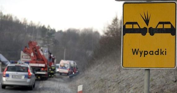 W sobotę na podhalańskich drogach z powodu gołoledzi doszło do kilkunastu kolizji; rannych zostało siedem osób, kilka samochodów wpadło do przydrożnych rowów. Policja apeluje do kierowców o ostrożność.